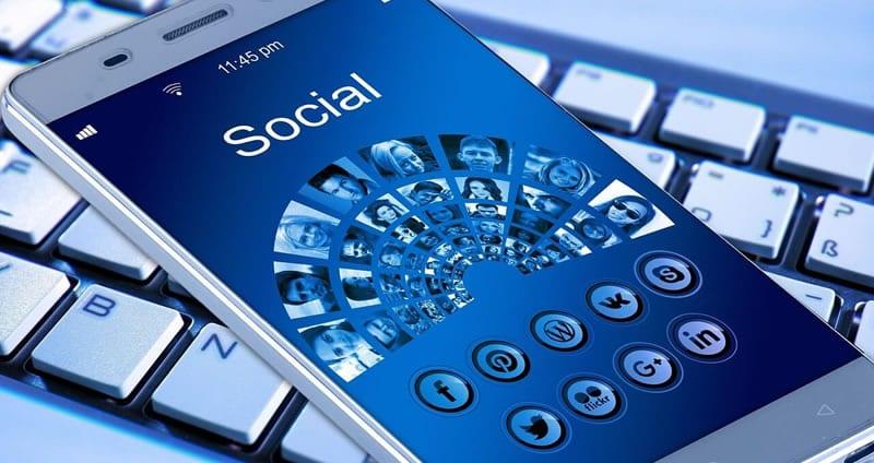 Tela do celular com imagens de redes sociais
